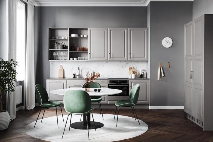 idée comment associer les couleurs dans une cuisine moderne, design intérieur contemporain dans une cuisine aux murs gris avec crédence et tapis blancs