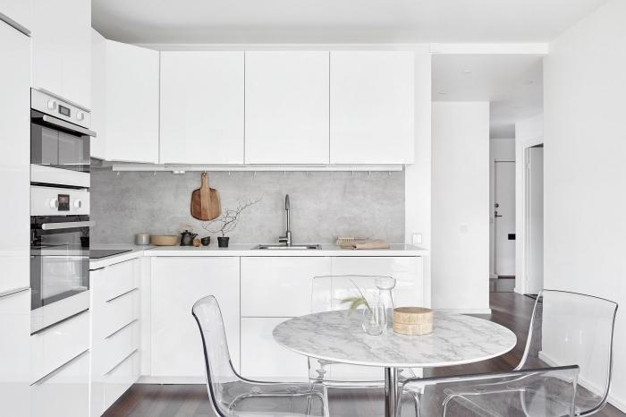 déco de cuisine grise et blanche moderne avec table à manger, agencement de cuisine en l avec meubles blancs