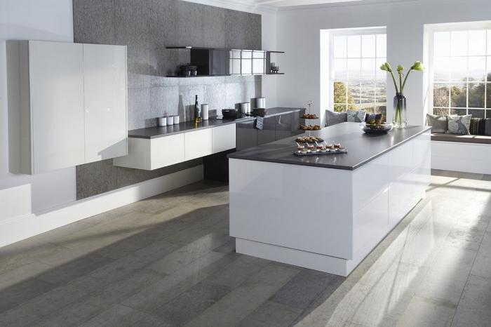 modèle de cuisine grise et bois, idée coin de repos sous fenêtre avec coussins de nuances grises, plan de travail noir
