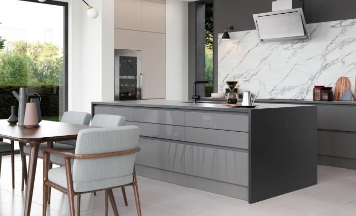 design contemporain dans une cuisine tendance avec mur en gris foncé et crédence design marbre, déco cuisine avec îlot