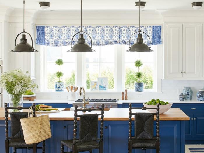 cuisine bleue et blanche, lampes noires suspendues, ilot de cuisine avec comptoir en bois, mobilier bleu