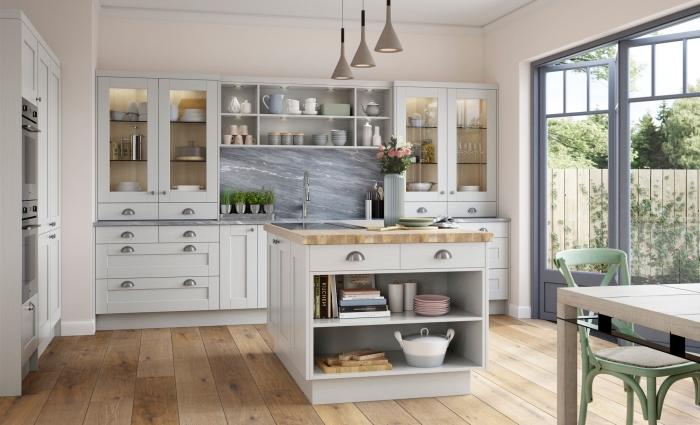 déco de cuisine traditionnelle dans l'esprit moderne, idée relooking cuisine facile, modèle de crédence marbre gris
