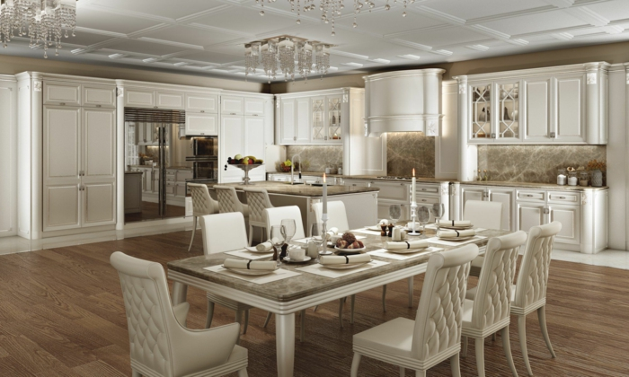 équipement de cuisine retro, longue table en bois et blanc, chaises blanches, plafonniers en cristal, îlot de cuisine, plafond blanc