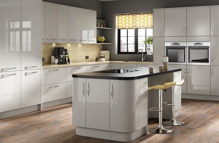 aménagement cuisine en l avec îlot bicolore, quelle couleur pour les murs d'une cuisine, comptoir et crédence cuisine en bois clair