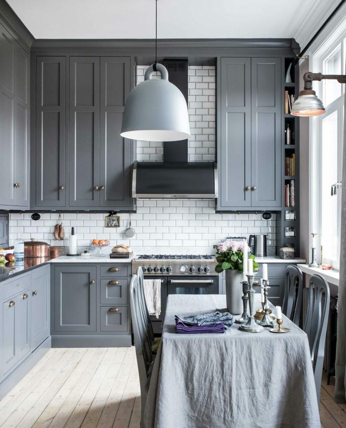 cuisine grise et blanche, lampe usine suspendue, placards gris, carrelage métro blanc, nappe de table grise