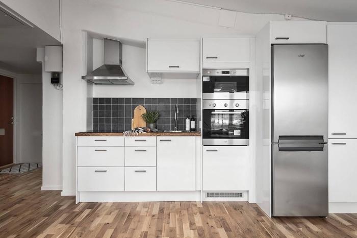 exemple quelle couleur avec le gris dans une cuisine blanche, déco petite cuisine avec plan de bois brut et crédence gris anthracite