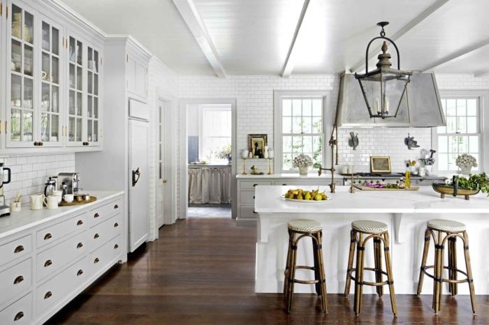 cuisine blanc et bois, tabourets bistrot, meubles blancs, chandelier lanterne vintage, carreaux métro