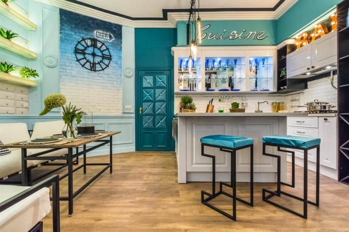 table industrielle, tabourets de bar originaux, sol en bois, étagères murales, îlot blanc, cuisine bois et blanc