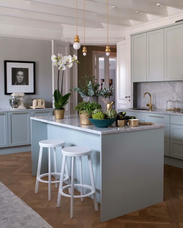 amenqgement petite cuisine, tabourets blancs, ilot de cuisine blanc, ampoules suspendues, photo encadrée, robinet doré