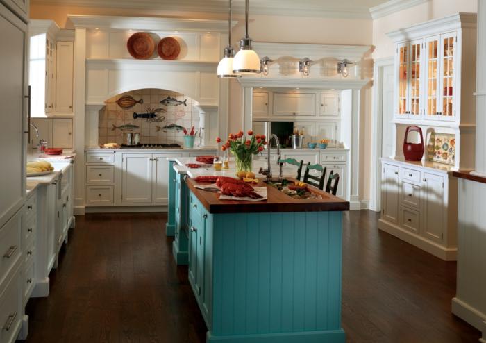 cuisine blanc et bois, sol en bois, lampes beiges, mobilier blanc de cuisine, chaises anciennes