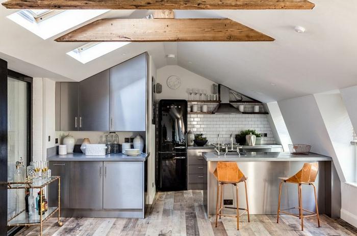 cuisine nois et blanc, poutres apparentes, chaises en bois, plateau de service, sol planches de bois