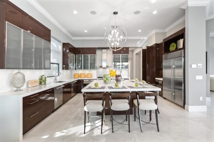 îlot de cuisine en bois et blanc, chaises originales, chandelier moderne, mobilier moderne couleur foncée