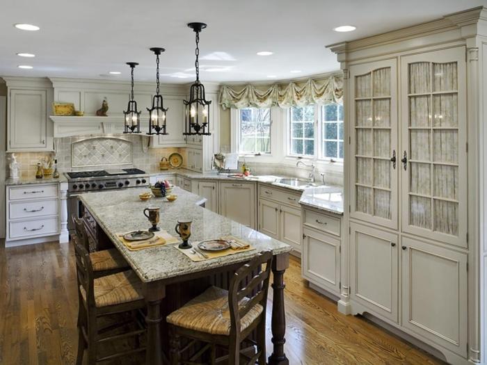 sol de cuisine en bois, trois lampes au-dessus de l'ilot, chaises bistrot, mobilier bistrot