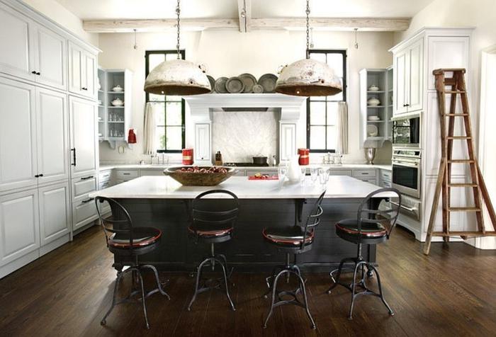 cuisine vintage industrielle, sol en bois, échelles en bois, lampes pendantes, armoires blanches, chaises de bar