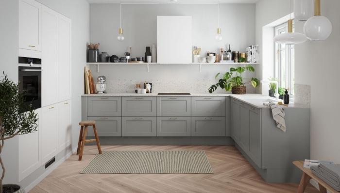 déco cuisine en u, modèle de cuisine aux murs gris clair avec meubles blancs et gris, idée quelle couleur avec le gris