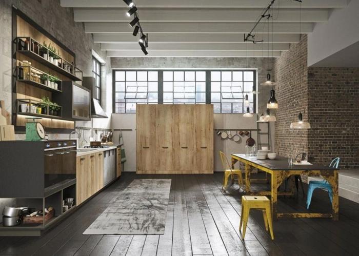 sol en planches de bois, table vintage industrielle, tabourets industriels, éclairage indus, étagères en bois et métal