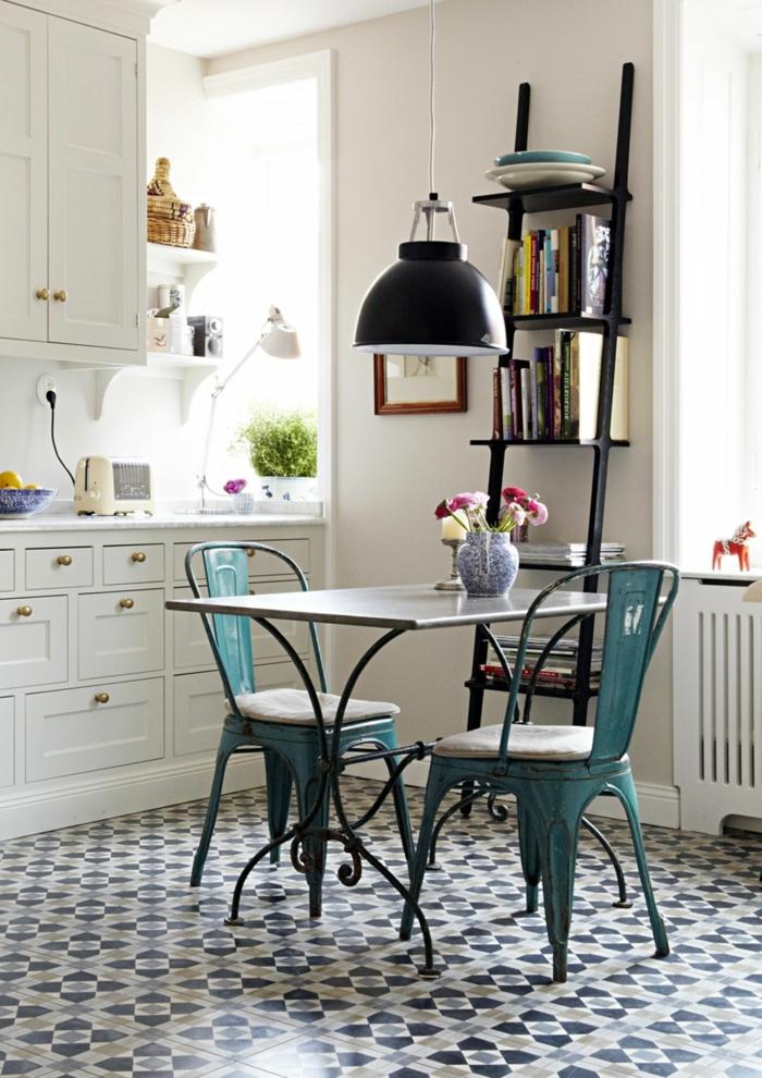 jolie table design ancien, lampe usine noire, étagère échelle, tiroirs blancs, étagères blanches, chaises tolix, carreaux de ciment