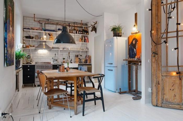 tableau deco cuisine, guirlande d'ampoules, frigo bleu, lampes suspendues, étagères apparentes, sol en planches blanches