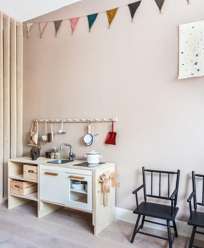 murs gris, cuisine enfant originale, chaises noires, parquet bois claire, guirlande fanion, activité montessori faire la cuisine