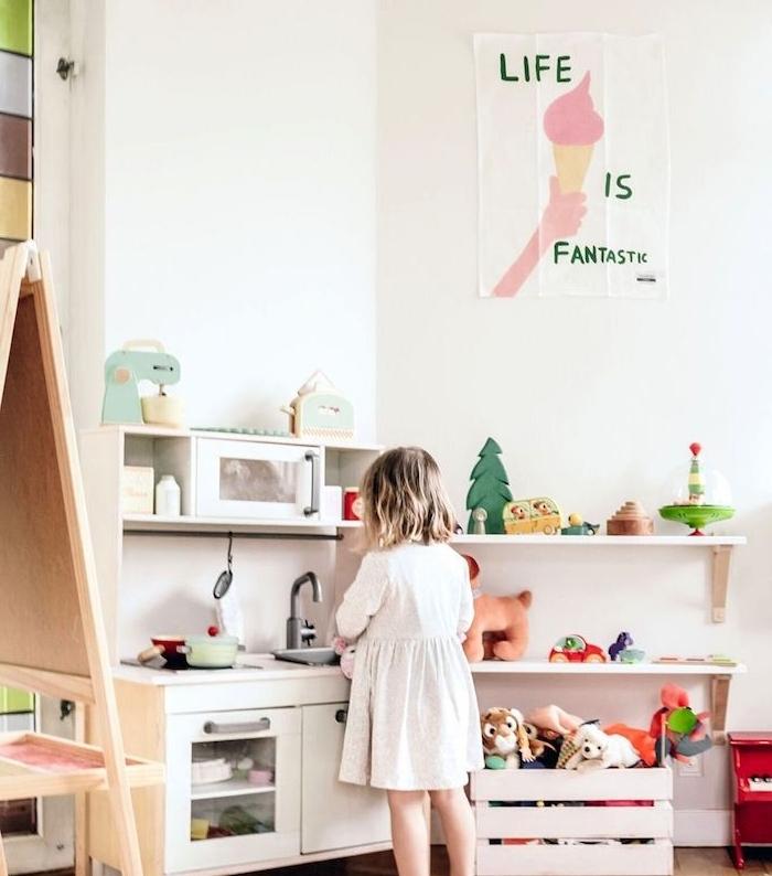 coin d activité dans une chambre montessori petite fille, cuisine enfant jouet, etageres rangement jouets enfant, recyclage cagette de bois coffre à joeuts