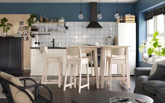 cuisine retro, table noire, chaise noire, chaises de bar, crédence carreaux blancs, lampes suspendues