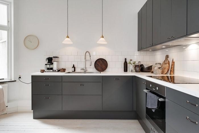 plan de cuisine en l, idée crédence classique aux carreaux blancs, modèle de cuisine blanche avec armoires en gris foncé