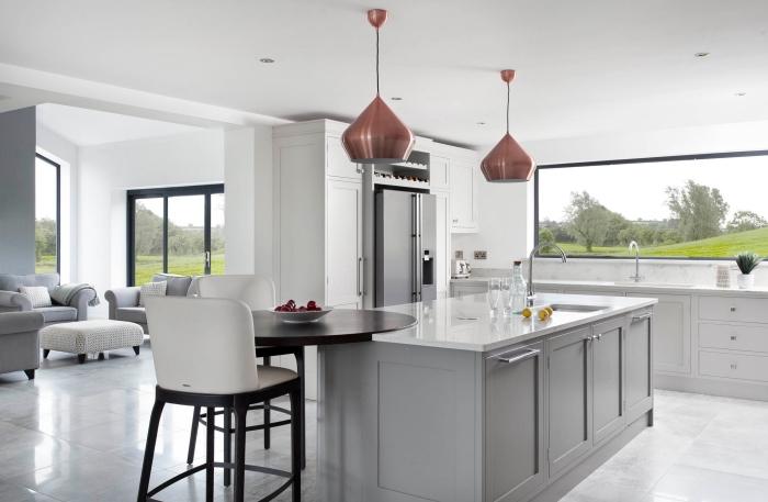 aménagement de cuisine contemporaine aux murs blancs, agencement cuisine avec îlot central et crédence en fenêtre