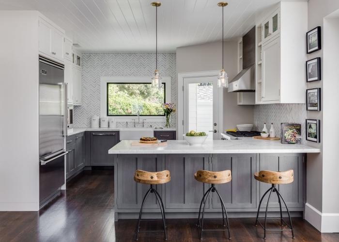 déco de cuisine avec parquet foncé, idée quelle couleur avec le gris dans une cuisine blanche, plan de cuisine avec îlot
