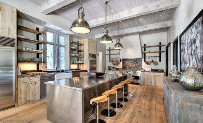 sol en bois, lampes usine, poutres en bois, étagères en bois, cuisine style industriel