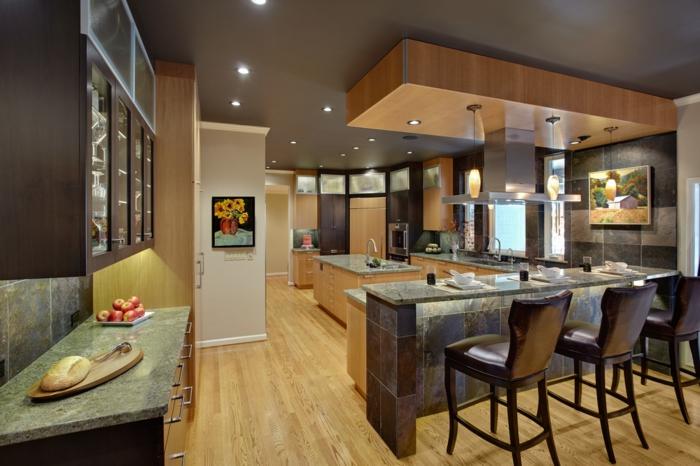 cuisine bistrot gris et bois, grande cuisine en bois et blanc, îlot de cuisine, plafond gris, spots encastés