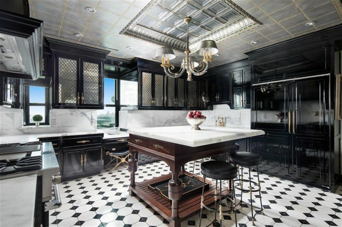 carrelage damier, ilot style industriel, tabourets de bar, plafond gris, cuisine style bistrot américain
