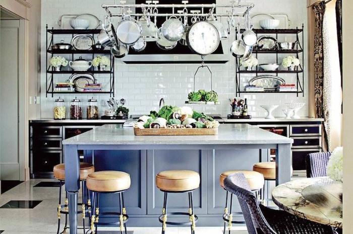 ilot bleu, carreaux métro blancs, range casseroles suspendu, table en bois brut, étagères métalliques