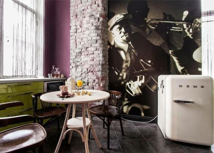 cuisine bistrot, table bistrot ancienne, chaises bistrot vintage, petit réfrigérateur, tableau deco cuisine