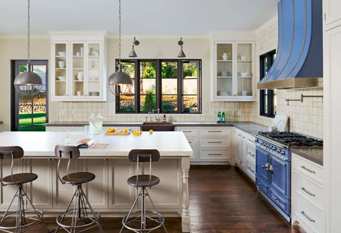 îlot de cuisine blanc, chaises usine, sol en bois, cuisinière rétro, îlot blanc, lampes usine