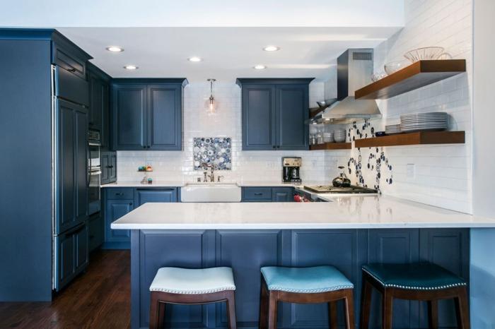 cuisine en bleu et blanc, étagères en bois, crédence carreaux métro, armoires bleues, spots encastrés