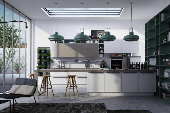 cuisine grise et blanche, quatre lampes suspendues, puits de lumière, étagère bleue, tapis gris moderne, fenêtre du sol au plafond