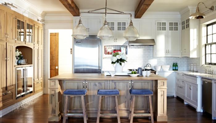 cuisine style bistrot, tabourets bois et bleu, mobilier blanc, poutres apparentes, photo cuisine lumineuse
