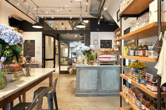 grande cuisine style loft américain, bar bleu, étagère industrielle, carreaux métro, tabourets tolix métaliques
