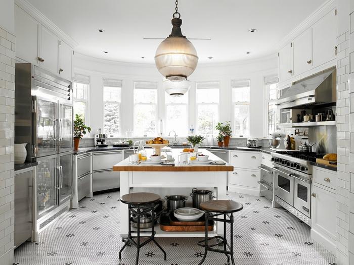 ilot de cuisine bois et blanc, tabourets industriels, sol blanc en carreaux, grand ilot central bois et blanc, plusieurs fenêtres