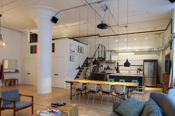 cuisine au meuble bistrot, pilier blanc, escalier loft, suspensions dixon, tabourets tolix verts, grand sofa gris