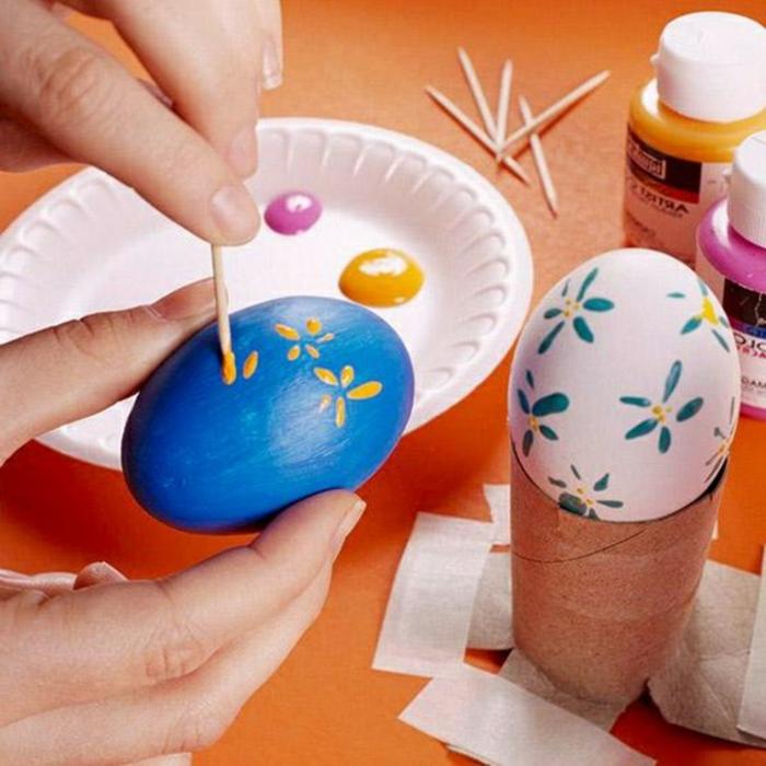 oeufs décorés de dessins en couleurs, activité de paques amusante, decoration d'oeufs de paques
