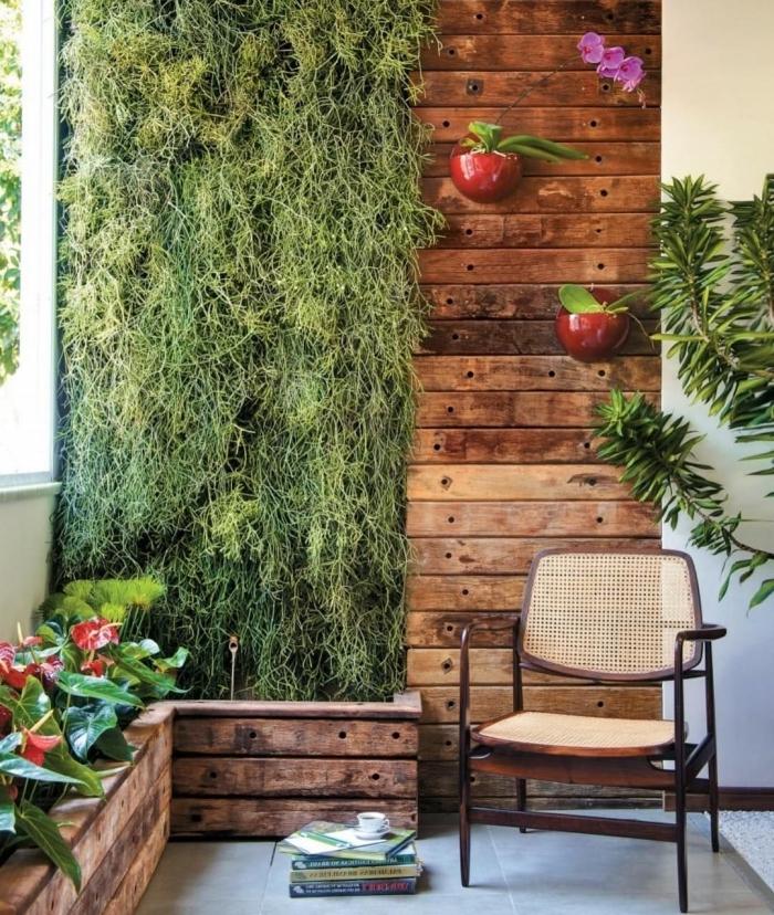 aménager un petit coin de verdure avec un mur végétal et des jardinières en bois