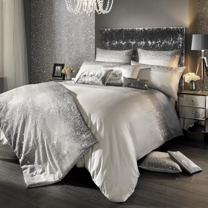 comment aménager une chambre féminine luxueuse avec grand lit kingsize et murs glitter, exemple peinture tendance effet pailleté