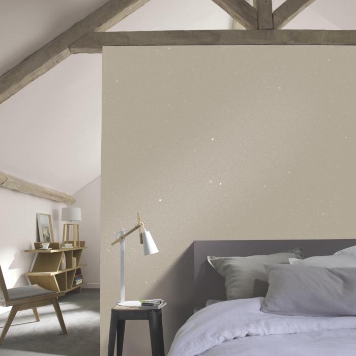 idée peinture gris pailleté sur murs beige dans une chambre à coucher moderne, exemple déco sous combles