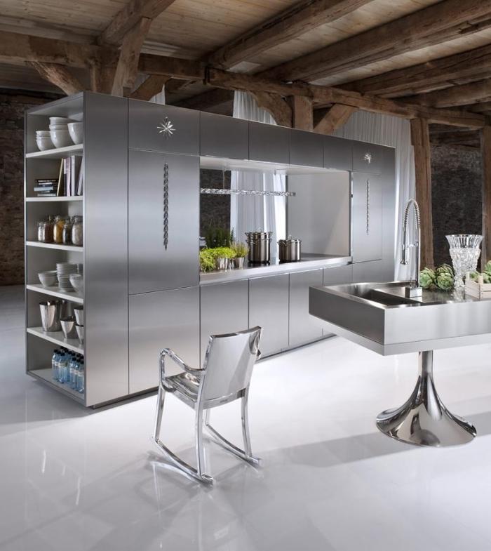 exemple comment aménager une cuisine au plancher blanc et plafond bois avec meubles à effet inox, exemple peinture à texture inox