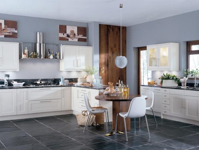 cuisine grise et bois foncé avec meubles blancs, idée peinture murale cuisine tendance, aménagement cuisine avec petite table à manger ronde