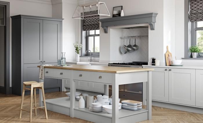 idée relooking cuisine facile, peindre les meubles de cuisine en gris foncé, déco plan de cuisson à design fausse cheminée