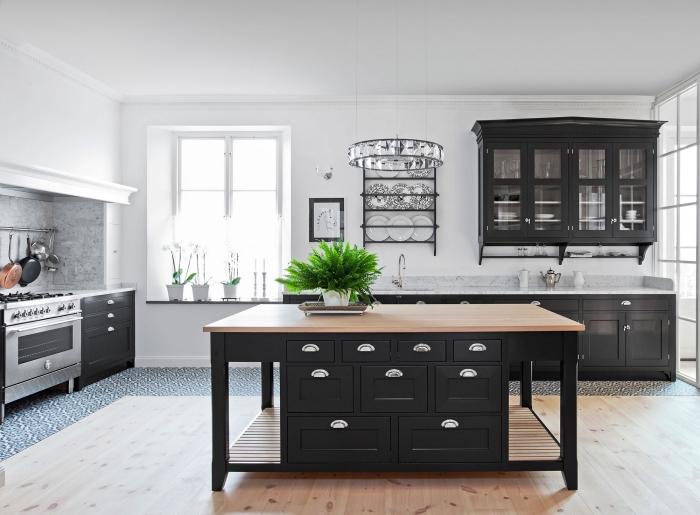 idée quelle couleur pour les murs d'une cuisine, modèle de cuisine spacieuse avec îlot en noir et bois, modèle crédence cuisine marbre gris