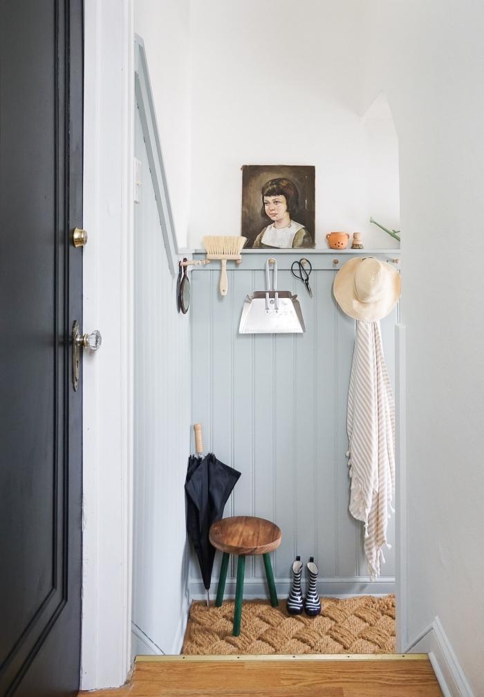 habiller un mur dans l'entrée d'un panneau de lambris rainuré peint en bleu clair, déco d'entrée de style vintage scandinave, idée de rénovation des murs dans l'entrée