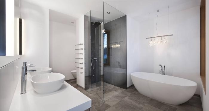 couleur salle de bain classique, déco salle de bain blanche avec cabine gris foncé à effet béton, modèle double vasque